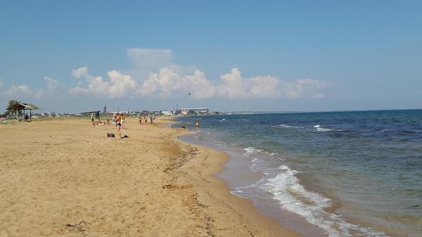 Прифронтові пляжі Маріуполя: відпочивальники, блокпости та канонада (ВІДЕО)