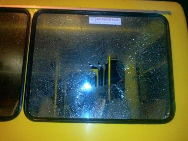 На вулиці Джорджа Вашингтона невідомий обстріляв пасажирську маршрутку (фото)