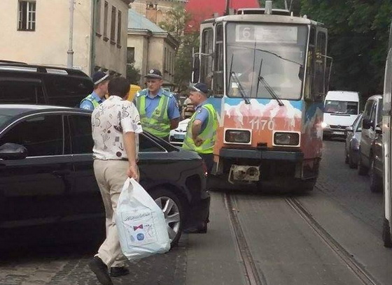 В центрі Львова водій «Ауді» зупинив рух трамваїв (фото)