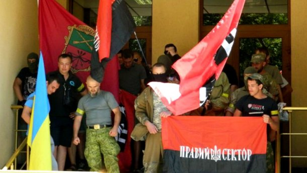 """Люди з нашивками і прапорами """"Правого Сектора"""" розігнали мітинг у Запоріжжі (ВІДЕО)"""