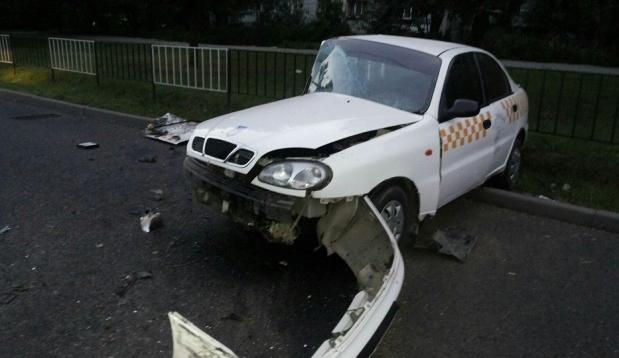 У Львові п'яного водія, який розтрощив таксі, прикували кайданками до огорожі (фото)