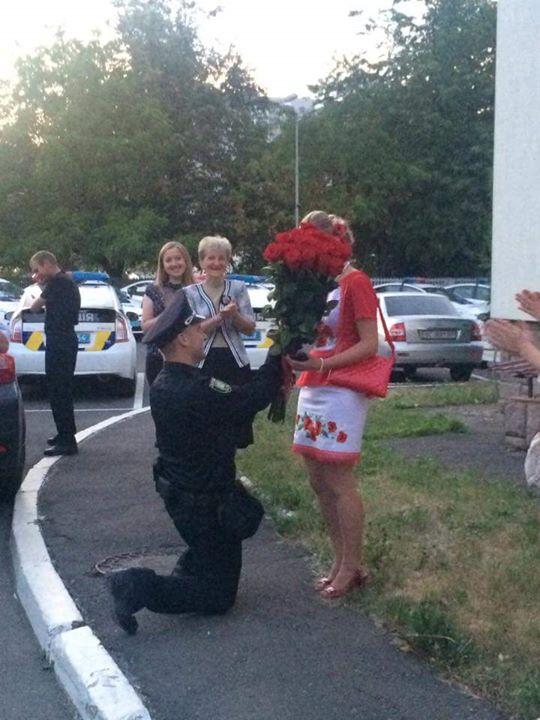 Поліцейський зробив пропозицію дівчині під час присяги