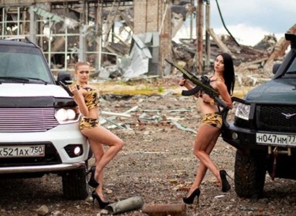 Сепаратистки роздяглися на руїнах аеропорту Луганська (ФОТО)