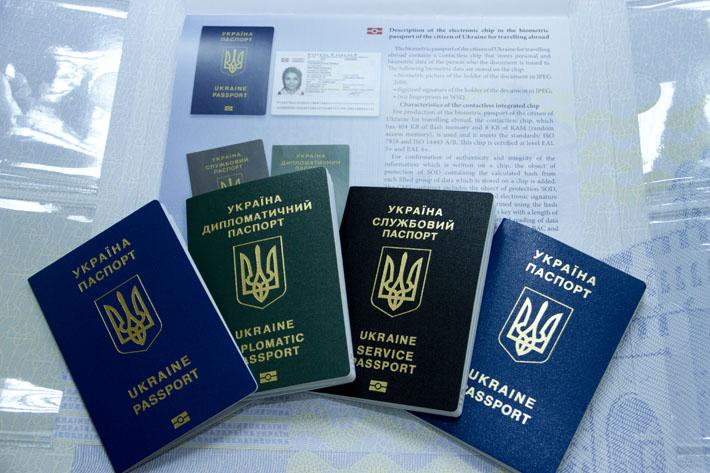 МЗС України анулював диппаспорта 89 екс-чиновників, включаючи Азарова, Герман і Царьова. СПИСОК