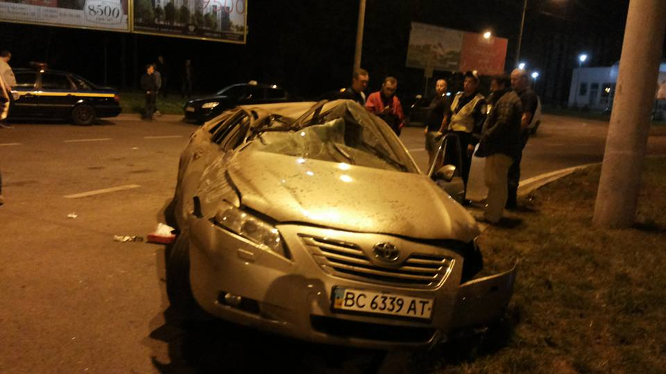 Ночная ДТП во Львове. Водитель превратил «тойоту» на банку (ФОТО)