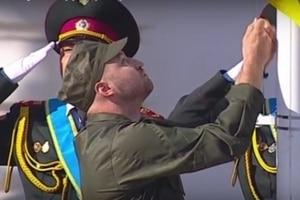 Країна знає своїх героїв! Прапор України підняв легендарний боєць АТО