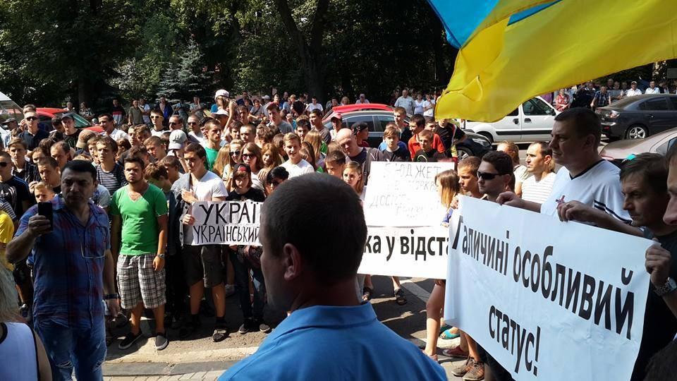 Нетверезі мітингувальники під стінами Львівської ОДА вимагали особливого статусу Галичині (ФОТО)