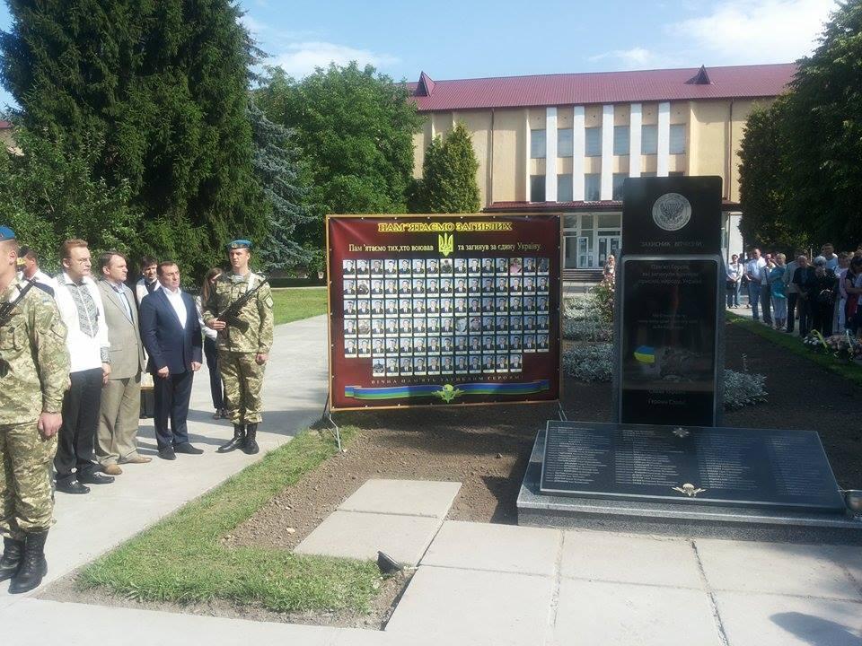 Во Львове открыли памятник погибшим десантникам