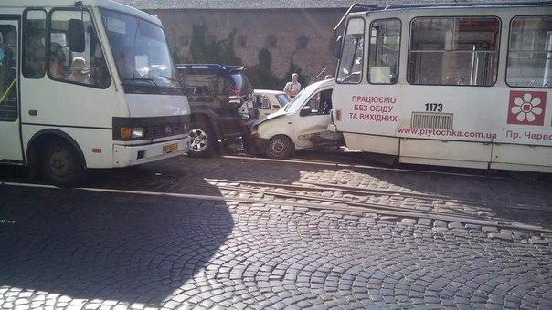 ДТП у центрі Львова: зіткнулись трамвай і автомобіль (ФОТО)