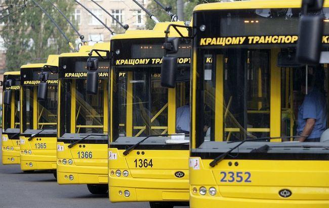 В Киеве неизвестные из пневматики обстреляли троллейбус
