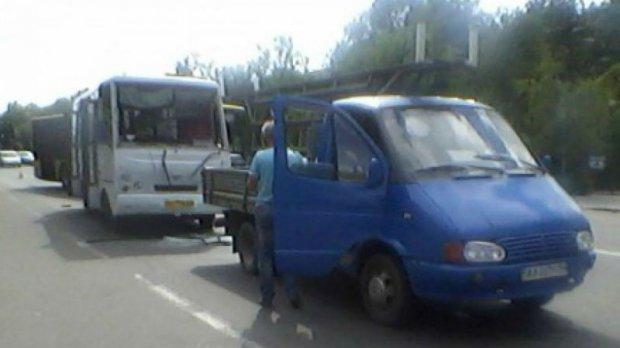 Страшна аварія у Києві: зіштовхнулись маршрутка, автобус та вантажівка (фото)