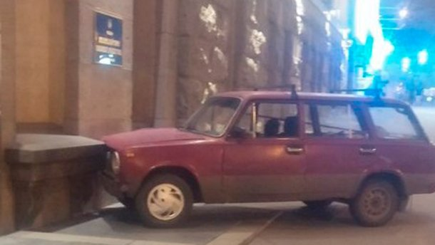 ДТП возле Кернеса: автомобиль влетел в мэрию Харькова (ФОТО)