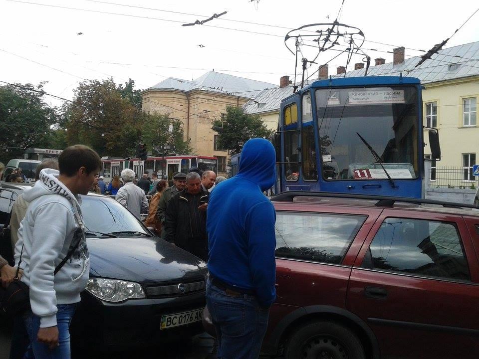 Львівські автомобілісти організували проїжджу частину на тротуарі (ФОТО)