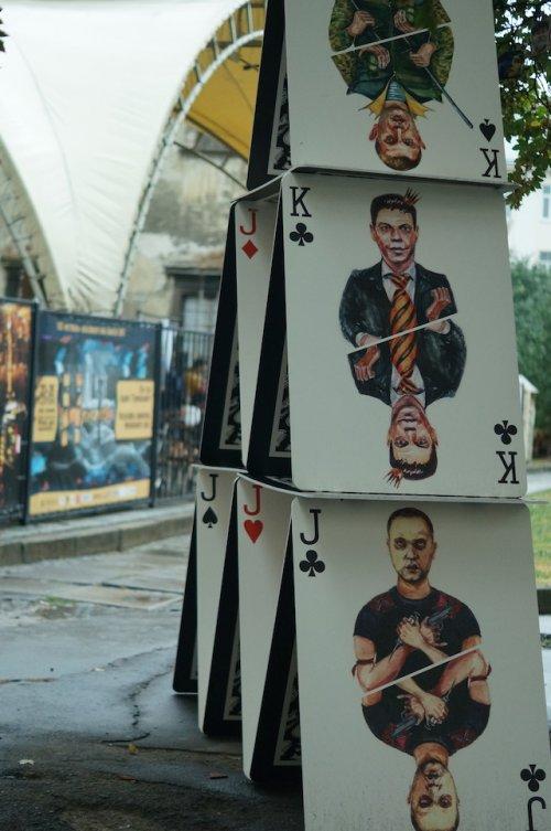 Донецкий художник показал перформанс во Львове «Карточный дом»(ФОТО)