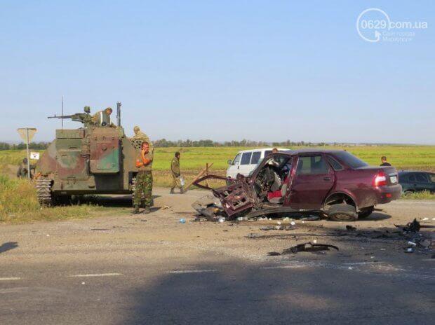 На Донеччині БТР розчавив легковик: є жертви (фото)