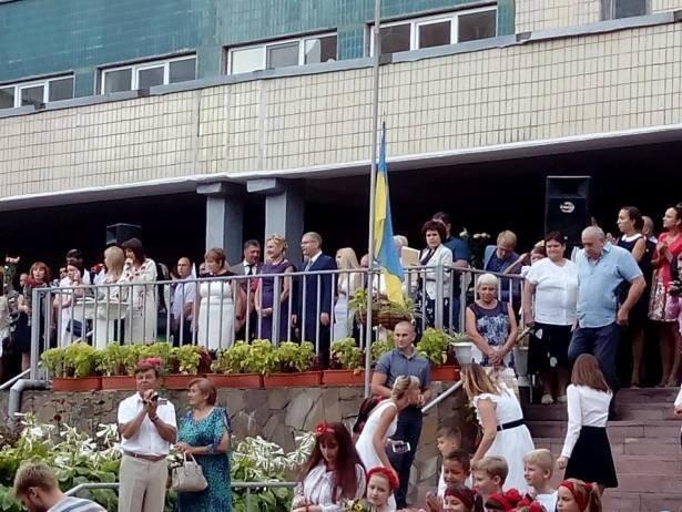 Дніпропетровці на шкільній лінійці освистали екс-регіонала Вілкула (відео)