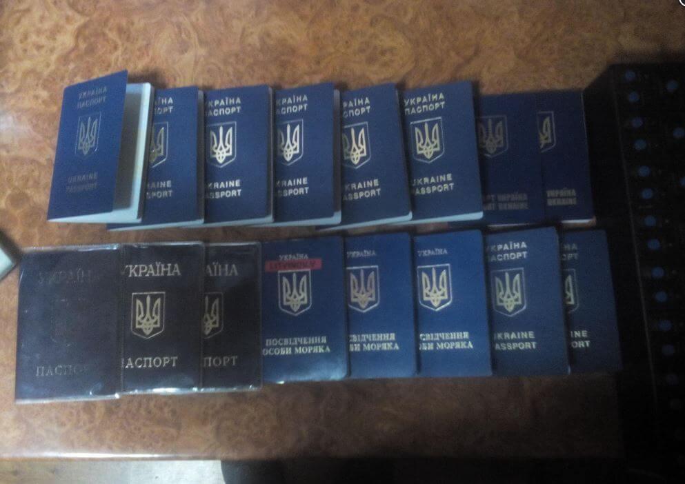 Херсонец вез в Крым стос украинских паспортов