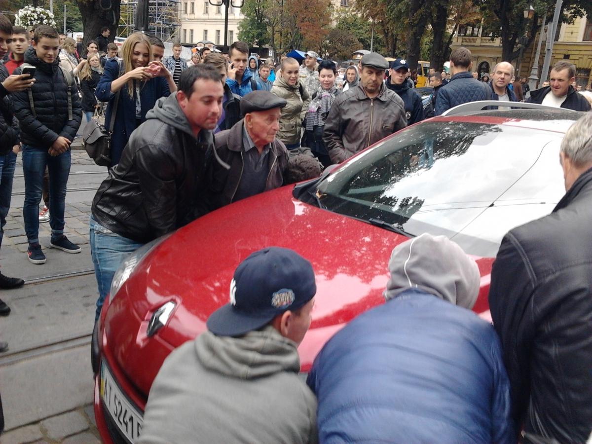 Львів'яни на руках перенесли неправильно припарковане авто (ФОТО)