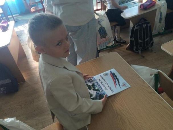 Школярам окупованої Донеччини роздали пропагандистські підручники і зошити, які прославляють терористів (фото)