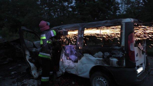 Жахлива ДТП на Буковині: після зіткнення автомобілі загорілись, 4 людини загинули (Фото)