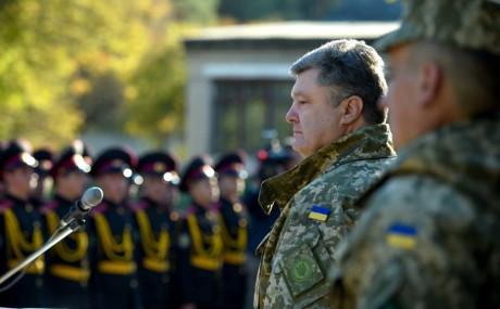 Україна почала отримувати оборонну нелетальну зброю з-за кордону, – Порошенко