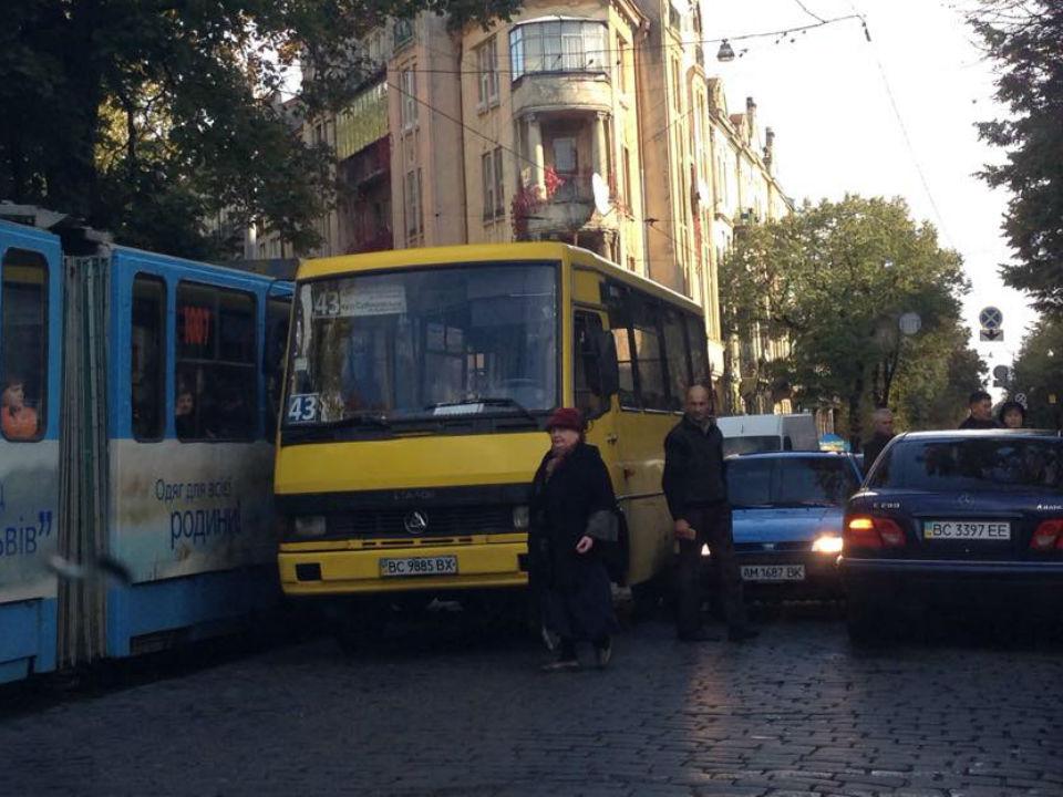 Біля «Львівської політехніки» затор: маршрутка зіткнулася з автівкою (Фото)
