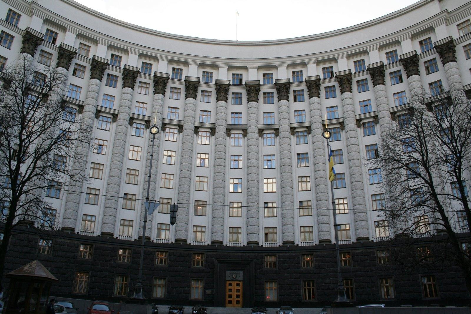 Под Кабмин принесли 100 литров чернил для Яценюка и Квиташвили (Видео)
