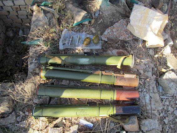 В Донецкой обл. в подвале разрушенного дома нашли тайник с боеприпасами (Фото)