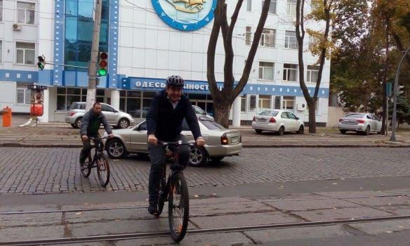 Саакашвілі приїхав голосувати на велосипеді (Фото)