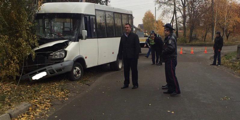 У Борисполі автобус з пасажирами врізався в електроопору, 7 осіб постраждали