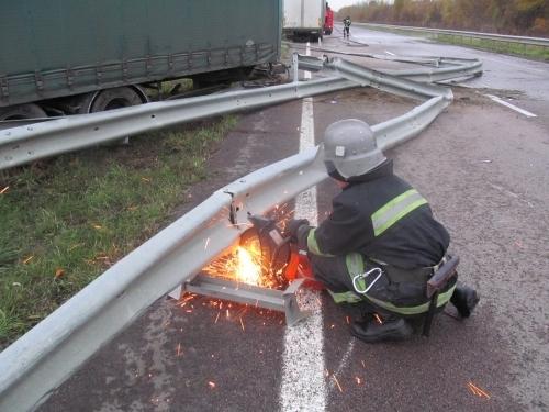 На Ровенщине грузовик влетел в отбойник (ФОТО)