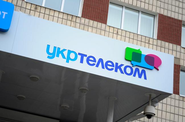 """У центрі Одеси бездомні ледь не спалили """"Укртелеком"""" (фото)"""