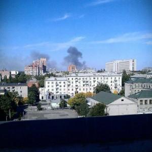 Над Донецьком здійнявся стовп диму. Горить військкомат (Фото)