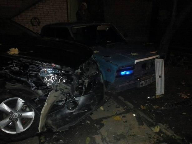 У Львові невідомий на бусі понищив припарковані авто (Фото)