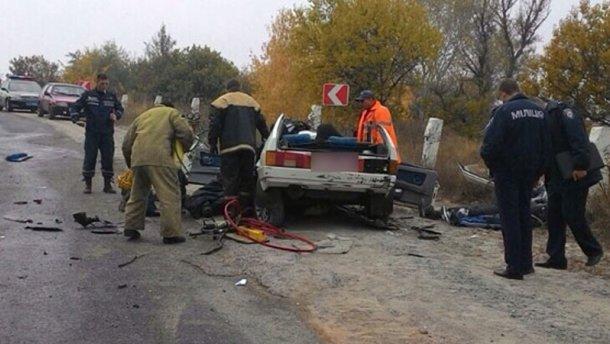 В смертельной аварии от машины остались только колеса: 3 человека погибли (фото 18+)
