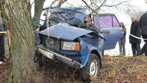 После столкновения переполненного машины с деревом выжил только водитель (фото 18+)