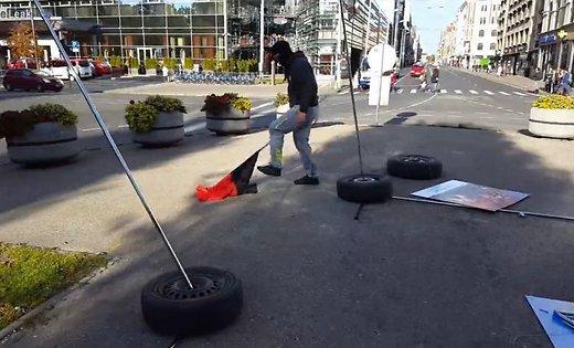"""У Ризі хулігани знищили виставку """"Люди Майдану"""" і порвали прапор """"Правого сектору"""" (Відео)"""