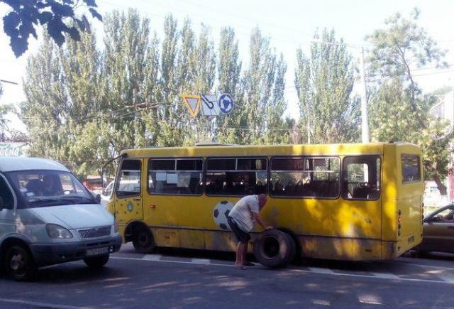 """Переповнена львівська маршрутка згубила колесо """"на ходу"""""""