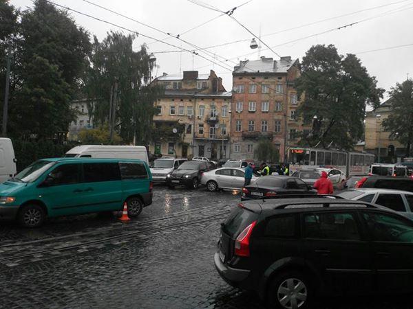 У центрі Львова аварія заблокувала рух трамваїв (Фото)