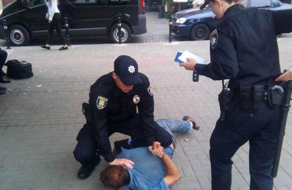 Патрульні поліцейські наділи наручники на кандидата в депутати (Відео)