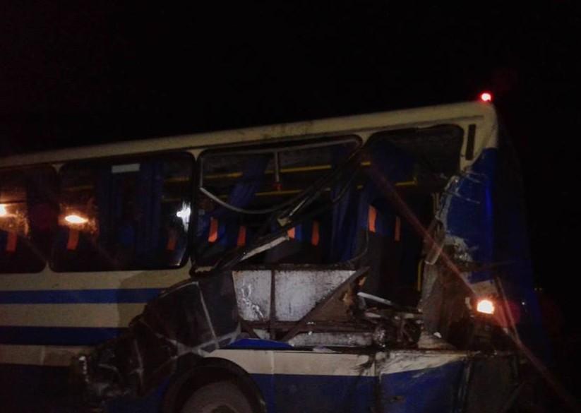 На Прикарпатті лісовоз протаранив автобус, який прямував до Львова. Є постражалі (Фото)