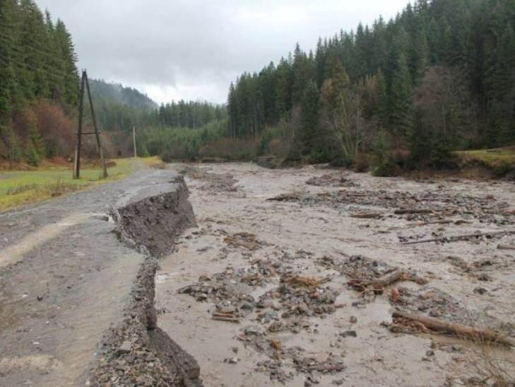На Закарпатье селевые потоки разрушили дорогу на Драгобрат (Фото)