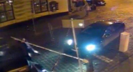 У Львові шукають хуліганів, які зламали шлагбаум на паркінгу в центрі міста