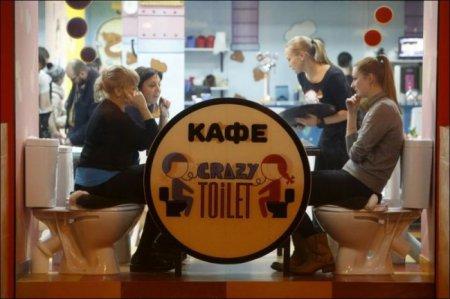 Хит сети: в России стало модным есть из унитазов (ФОТО)