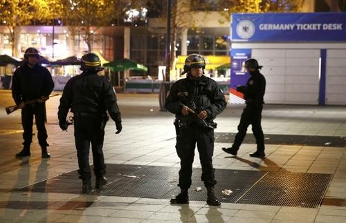Спецоперація в Парижі: терористка-смертниця встигла підірвати себе (ФОТО)