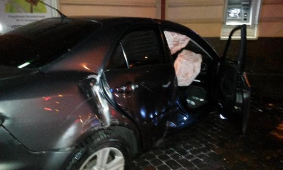 У Львові водій, тікаючи від поліції, зніс огорожу і врізався у будинок (ФОТО)