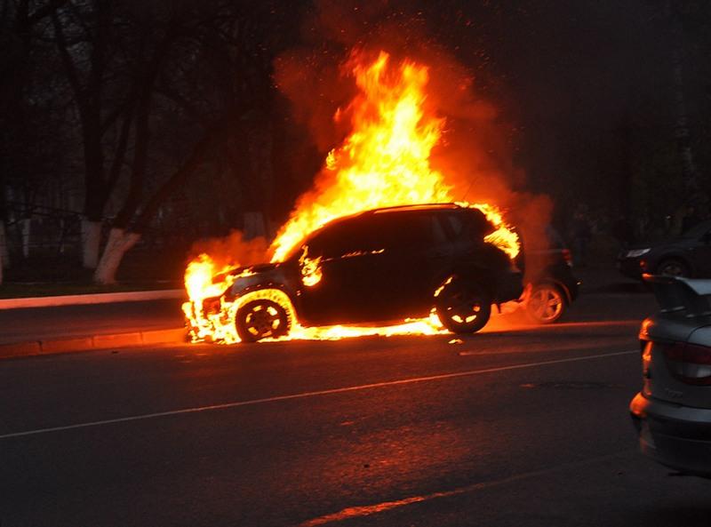 На Львівщині «Mercedes» згорів майже дотла