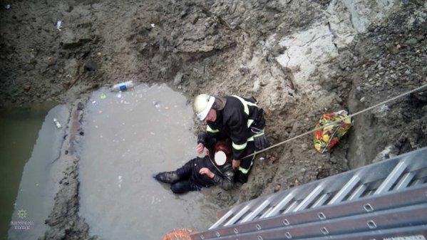 У Львові жінка впала в розритий колектор (Фото)