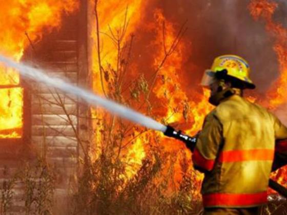 У Львові вогонь знищив дерев'яний гараж та автомобіль