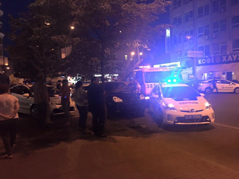 Стрельба в Киеве: злоумышленник сбил полицейского (ВИДЕО)